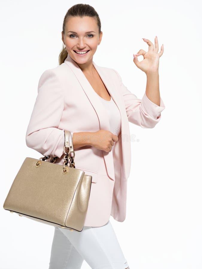 Portret młoda dorosła szczęśliwa kobieta z zadowalającym gestem fotografia stock