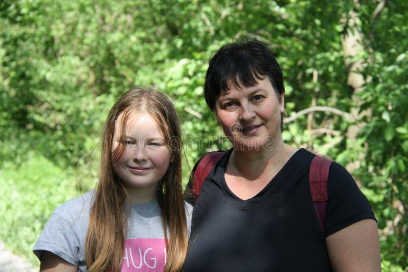 Portret młoda dziewczyna i jej mum fotografia stock