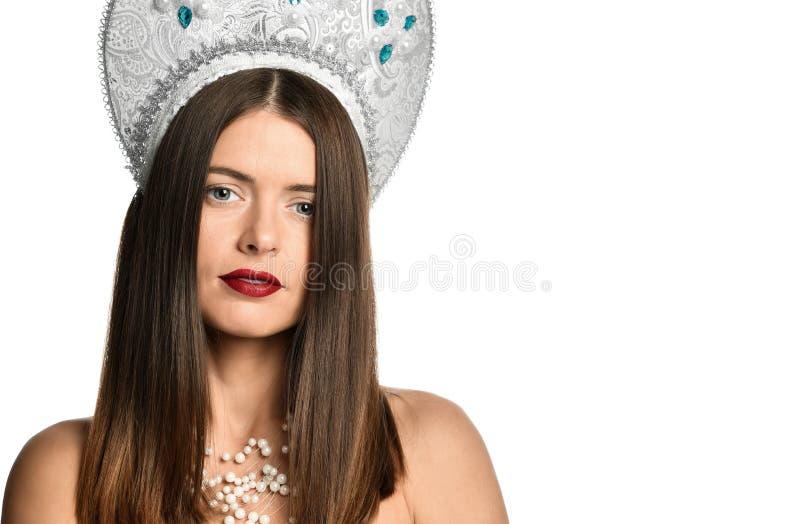 Portret młoda dziewczyna model w kokoshnik kapeluszu z naturalnym makeup i długim podmuchowym włosy odizolowywającymi patrzeć kam obraz stock