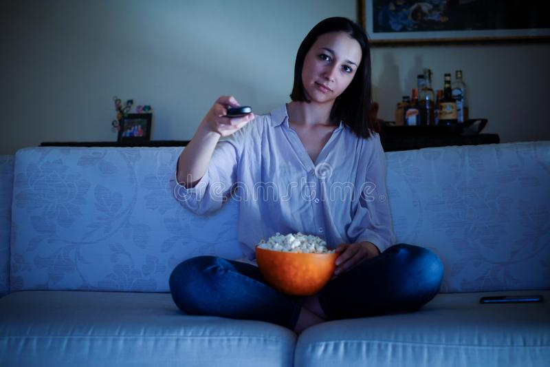 Portret młoda dziewczyna na kanapie w domu zdjęcie stock