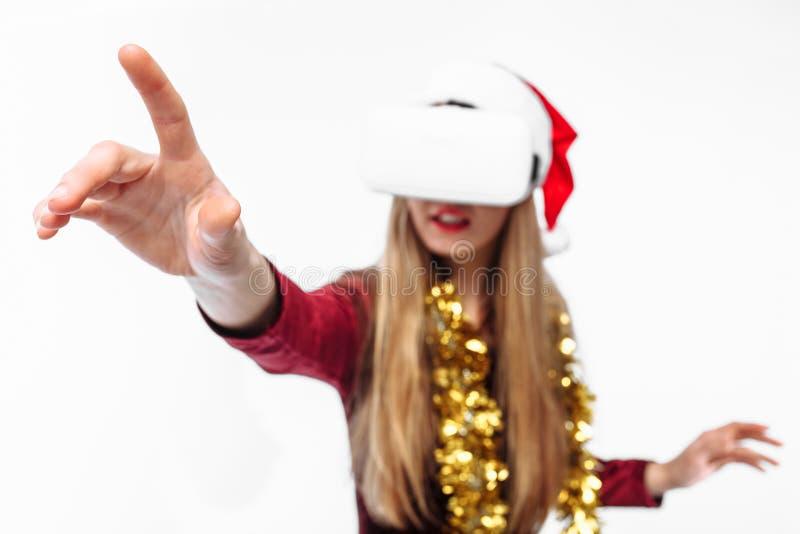 Portret młoda dziewczyna w Święty Mikołaj kapeluszu z szkłami, 3D g zdjęcia stock
