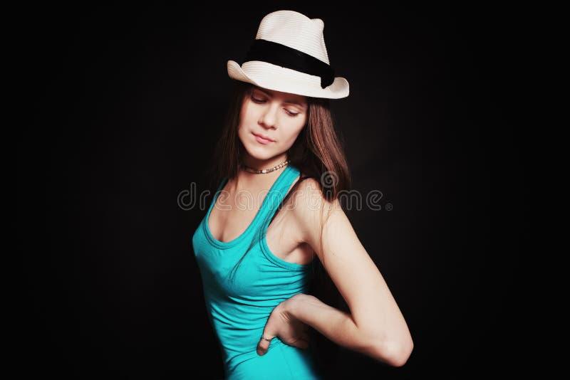 Portret młoda dziewczyna w białym kapeluszu fotografia royalty free