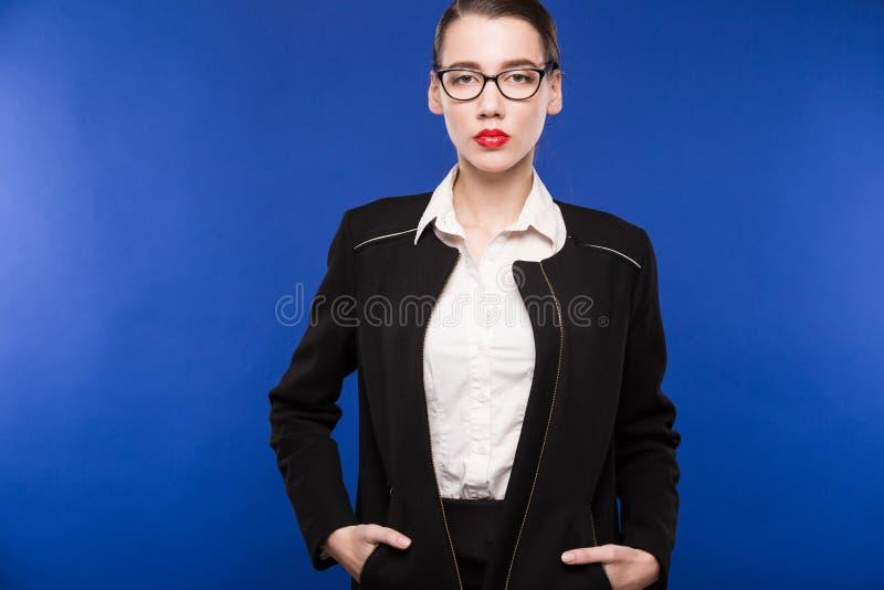 Portret młoda dziewczyna w ciemnym kostiumu i białej bluzce w szkłach fotografia royalty free