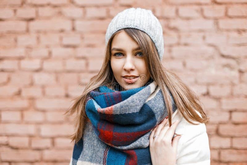 Portret młoda dziewczyna w trykotowym kapeluszu, biała kurtka fotografia stock