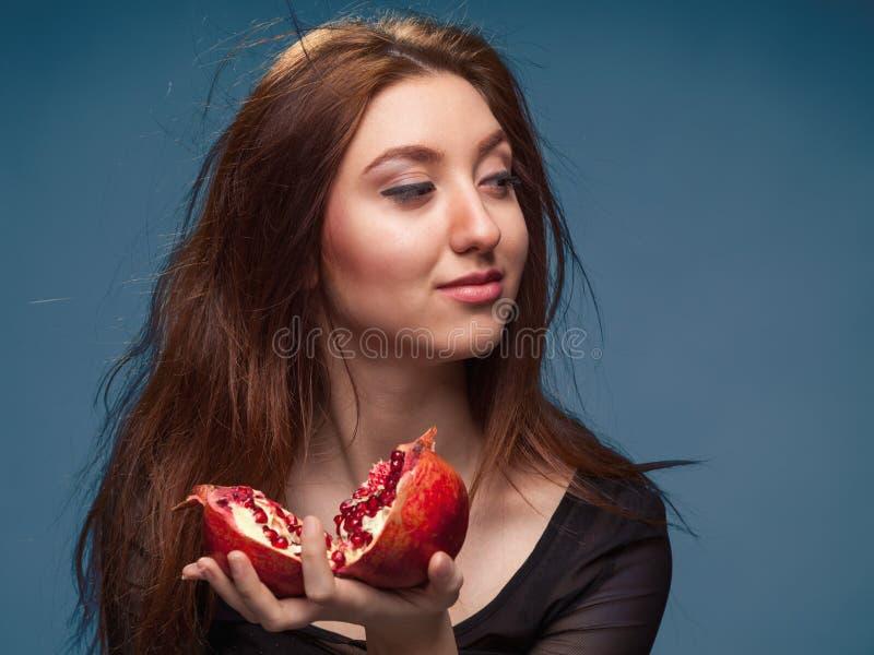 Portret młoda dziewczyna z granatowem zdjęcie royalty free