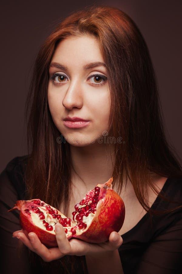Portret młoda dziewczyna z granatowem zdjęcie stock
