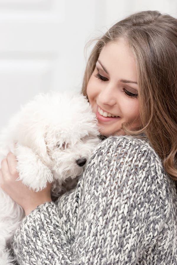 Portret młoda dziewczyna z psem zdjęcie stock