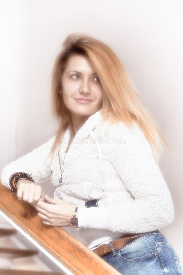 Portret młoda dziewczyna z uśmiechem zdjęcia royalty free