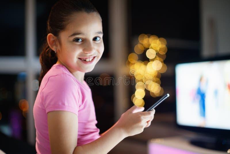Portret młoda dziewczyna Zostaje Obudzony Przy nocy ono Uśmiecha się Póżno obrazy royalty free