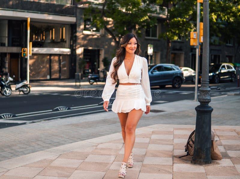 Portret młoda elegancka azjatykcia dziewczyna na ulicie duży nowożytny miasto zdjęcia stock