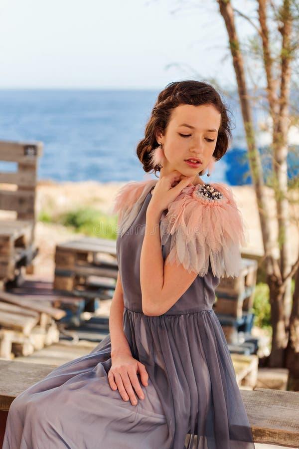 Portret młoda elegancka dziewczyna languidly zanudzał przy morzem obraz royalty free