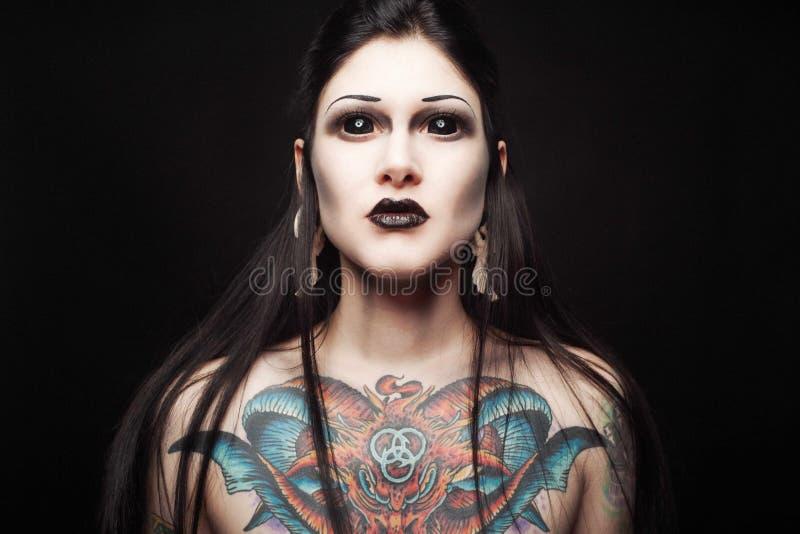 Portret młoda gothic kobieta z strachu widokiem i podbitymi oczami obrazy royalty free