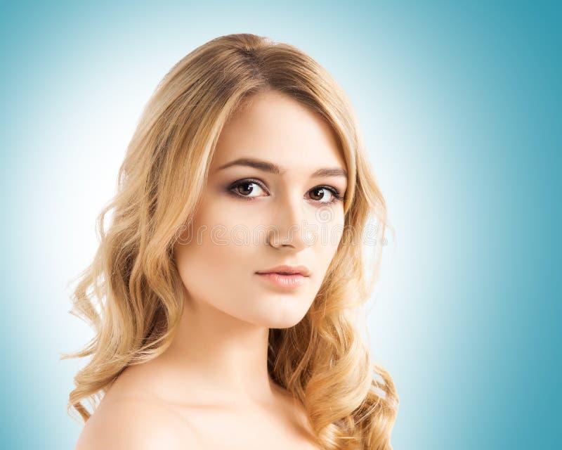 Portret młoda i piękna nastoletnia dziewczyna nad cyraneczki tłem obraz stock