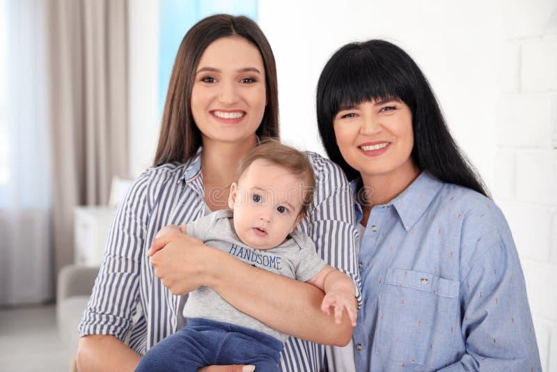 Portret młoda kobieta, jej dziecko i dorośleć matki obraz stock