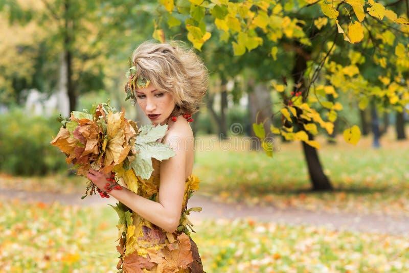 Portret młoda kobieta Jesień, suknia z liśćmi Park zdjęcia royalty free