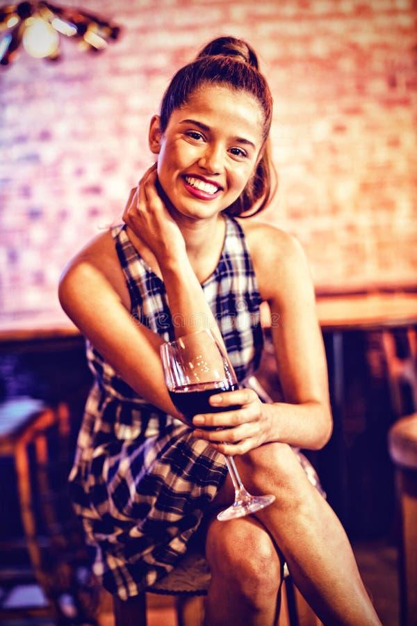 Portret młoda kobieta ma czerwone wino obraz stock