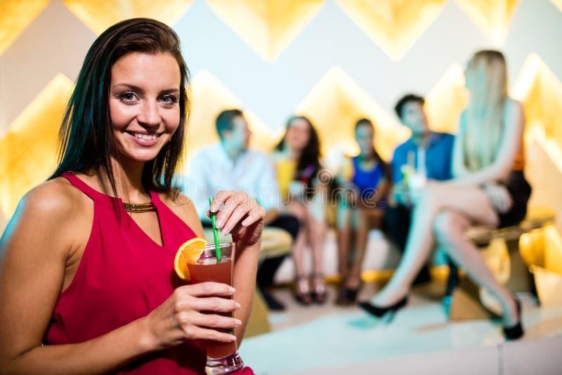 Portret młoda kobieta ma koktajl fotografia royalty free