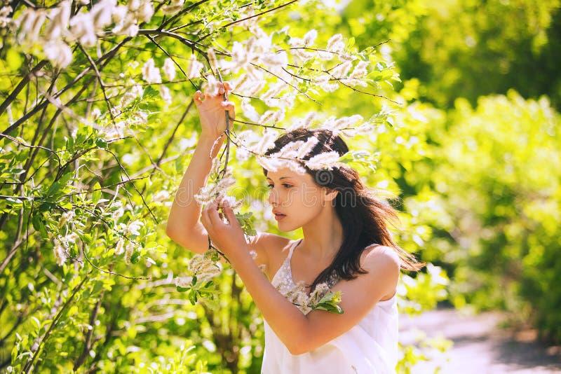 Portret młoda kobieta na naturalnym zielonym tle obraz stock