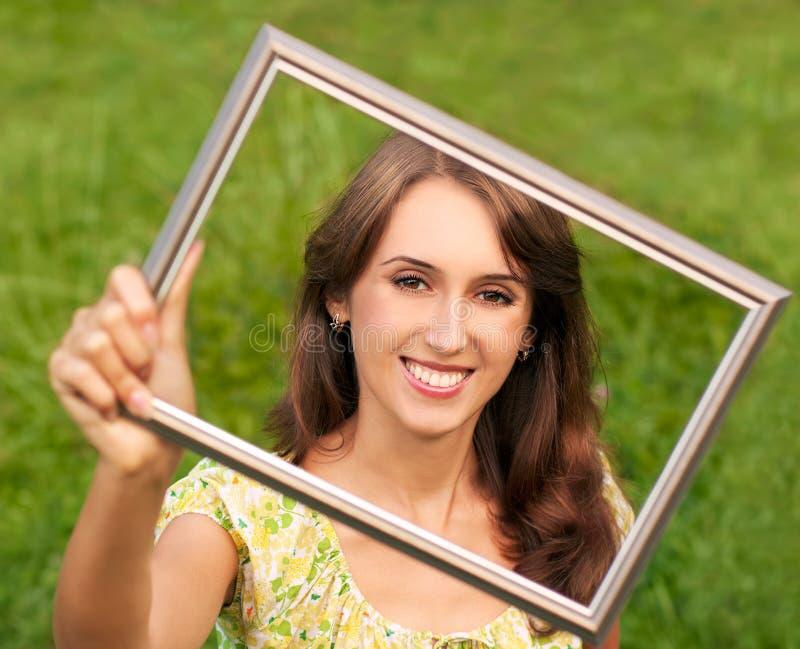 Portret Młoda Kobieta na Zielonym Tle zdjęcia royalty free
