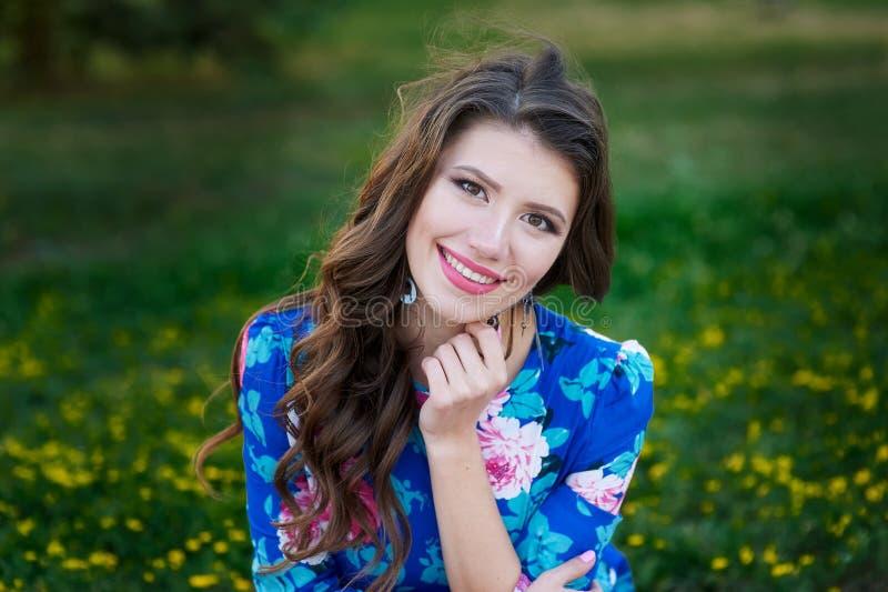 Portret młoda kobieta odpoczynek w parku ono uśmiecha się na trawie zdjęcie stock