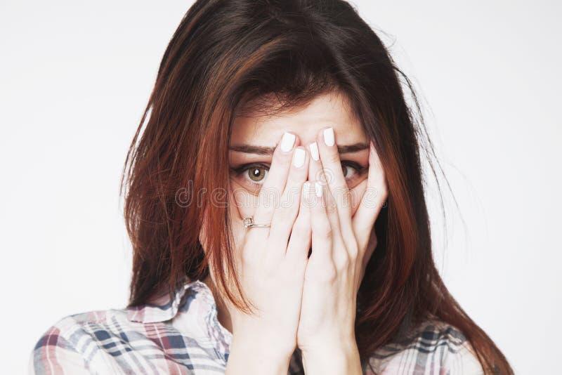 Portret młoda kobieta patrzeje w strachu Gestykuluje, ciała langua obrazy stock