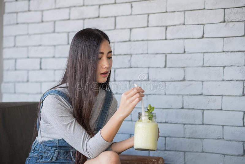 Portret młoda kobieta pije koktajl fotografia stock