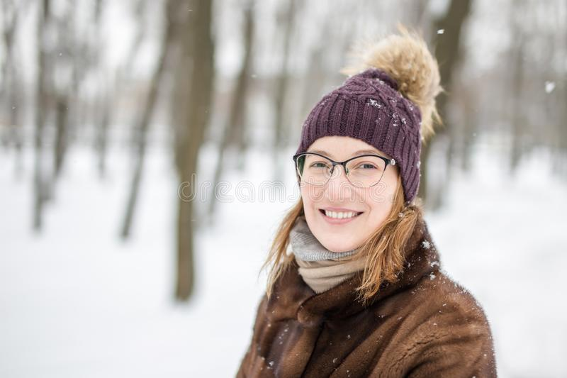 Portret młoda kobieta podczas spaceru przy zimą obraz stock