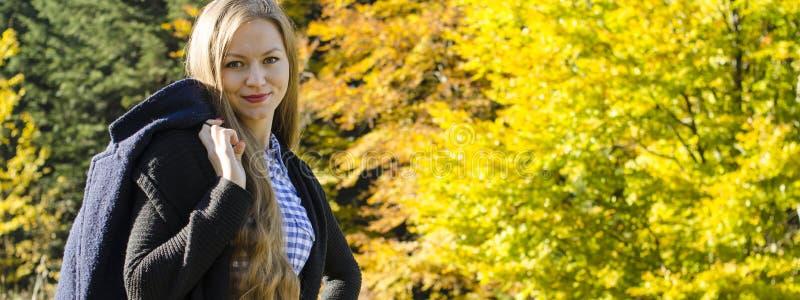 Portret młoda kobieta przeciw jesień krajobrazu tłu zdjęcia stock