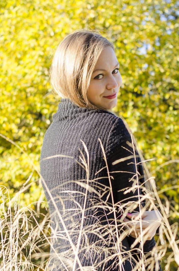 Portret młoda kobieta przeciw jesień krajobrazu tłu zdjęcie royalty free