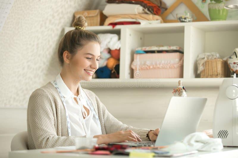 Portret młoda kobieta sukienny projektant z laptopem obrazy stock