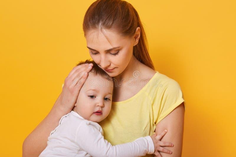 Portret młoda kobieta trzyma uroczego dziecka Spokojna i przyjemna atmosfera wokoło, wolny czas z rodziną na weekendach zdjęcie stock