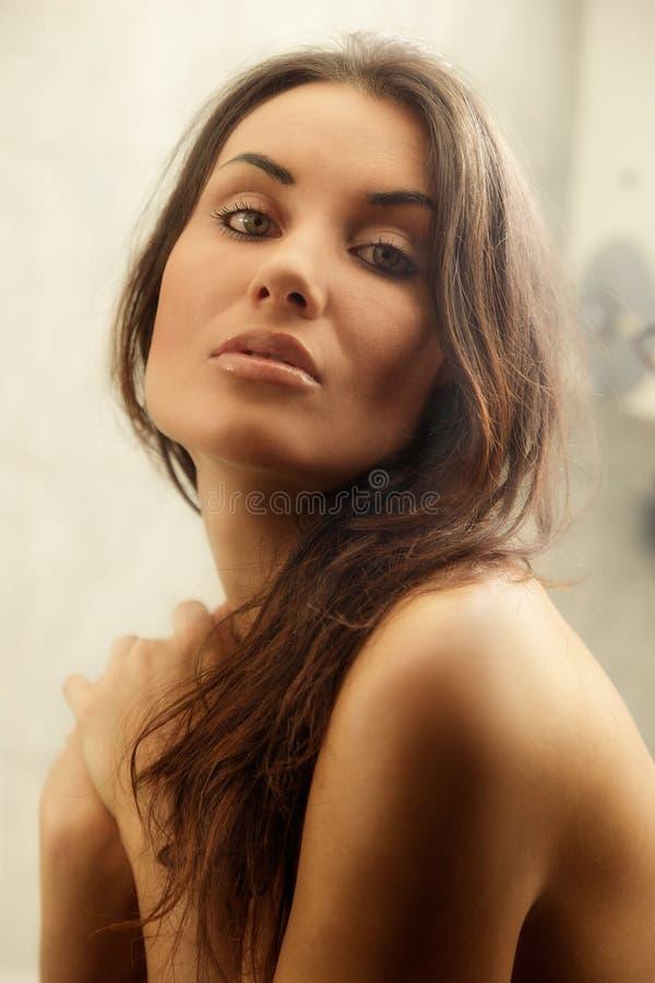 Portret młoda kobieta w łazience obrazy royalty free