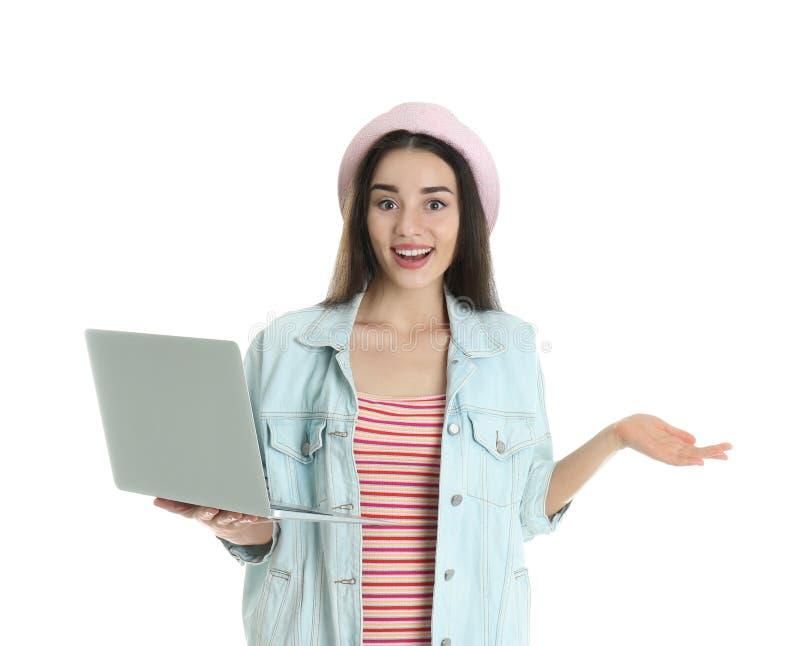 Portret młoda kobieta w przypadkowym stroju z laptopem obrazy stock