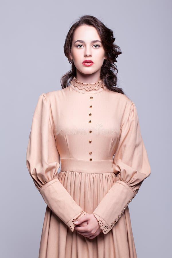 Portret młoda kobieta w retro sukni zdjęcia stock