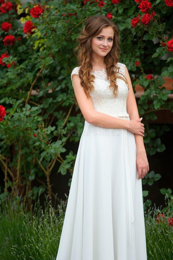 Portret młoda kobieta w wiosna czasie Migdał kwitnie bloss obraz royalty free