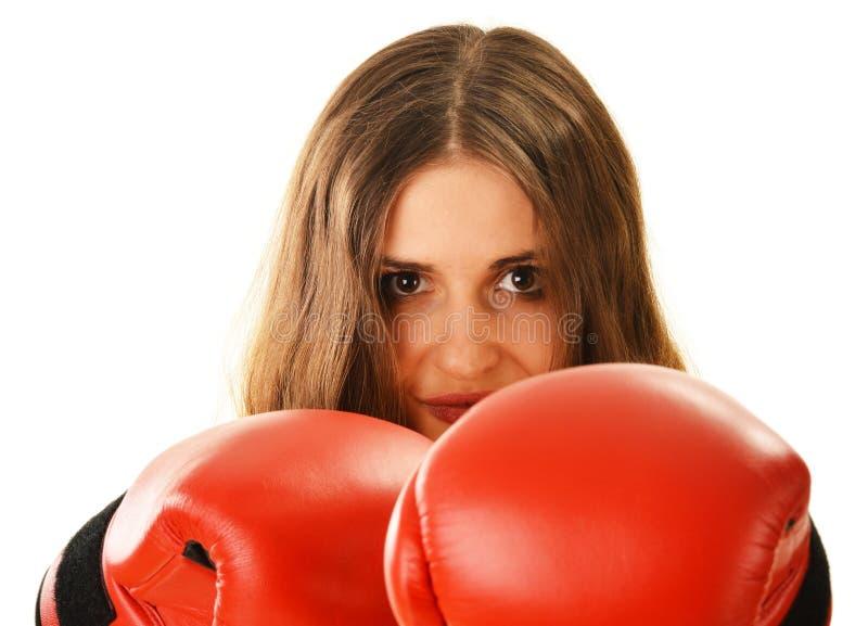 Portret młoda kobieta z czerwonymi bokserskimi rękawiczkami zdjęcia stock