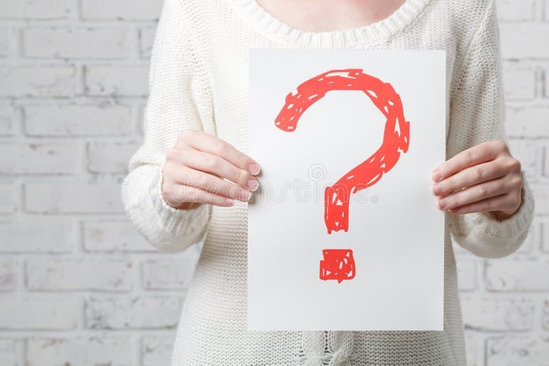 Portret młoda kobieta z deskowym znaka zapytania znakiem zdjęcie stock