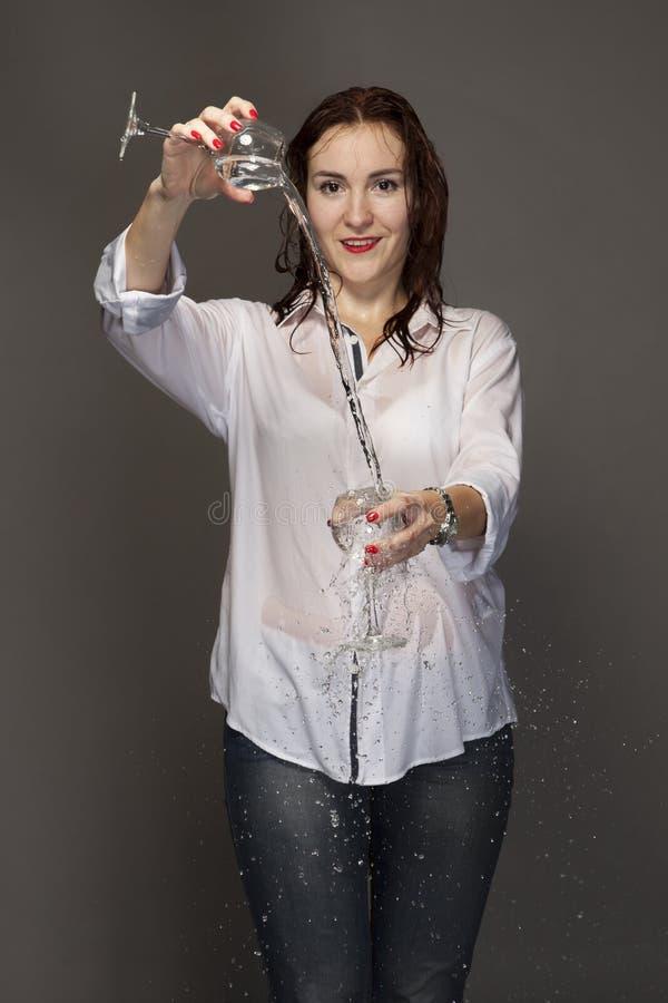 Portret młoda kobieta z dwa szkłami zdjęcia stock