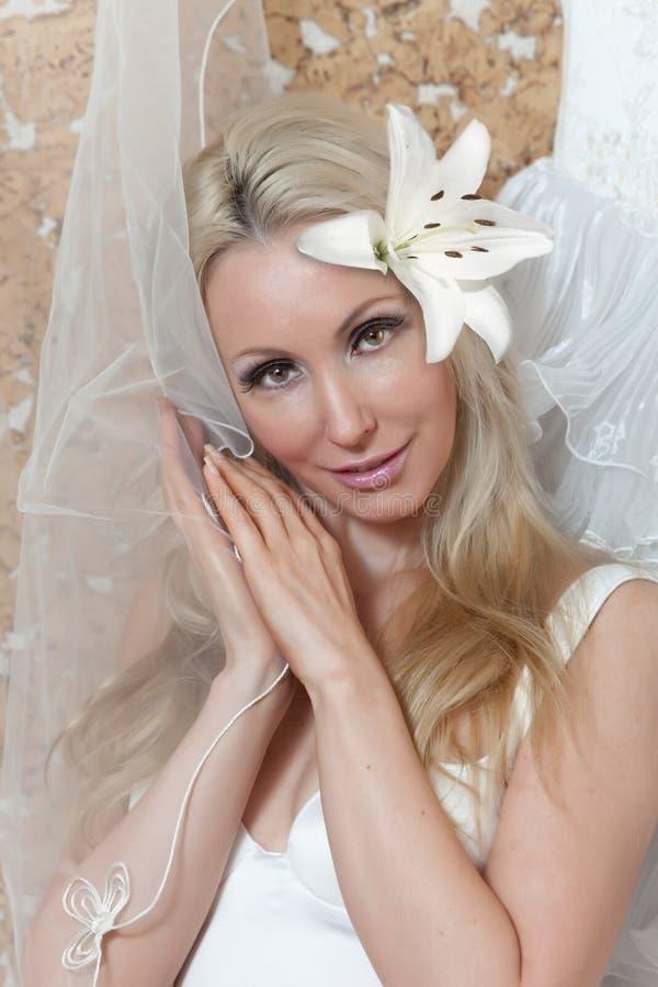 Portret młoda kobieta z kwiatem w włosy fotografia royalty free