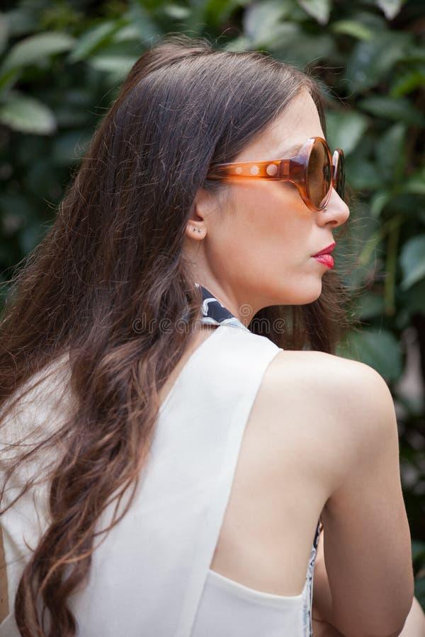 Portret młoda kobieta z okulary przeciwsłoneczni plenerowym letnim dniem w dziąsłach zdjęcia stock
