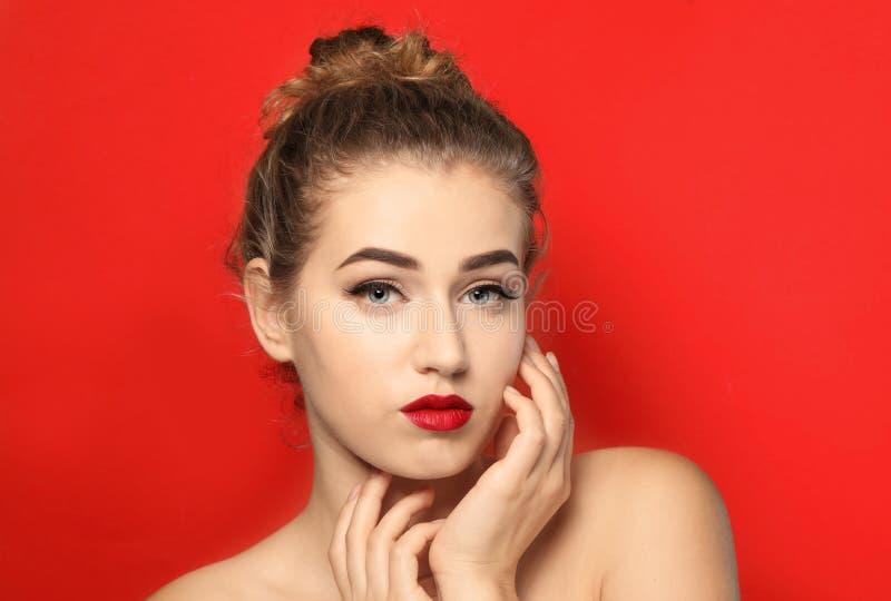 Portret młoda kobieta z pięknymi brwiami obrazy stock