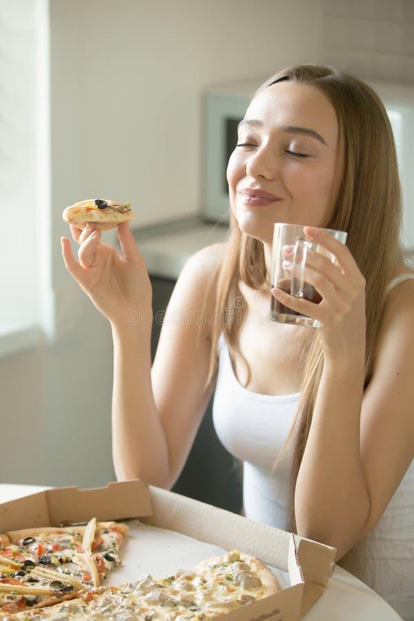 Portret młoda kobieta z pizzą w jej ręce zdjęcia stock