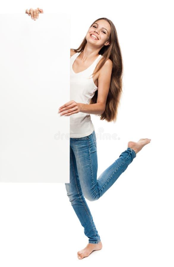 Portret młoda kobieta z pustym billboardem zdjęcia royalty free