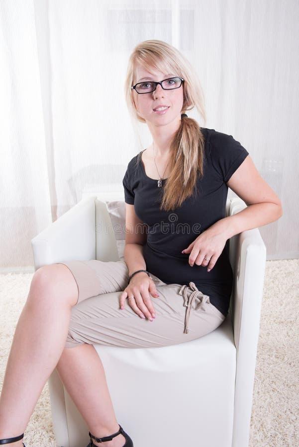 Download Portret Młoda Kobieta Z Szkłami I Czarną Koszula Zdjęcie Stock - Obraz złożonej z rozochocony, czerń: 57670806