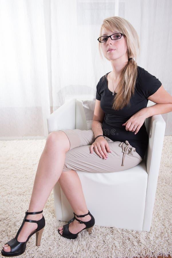 Download Portret Młoda Kobieta Z Szkłami I Czarną Koszula Zdjęcie Stock - Obraz złożonej z uśmiech, biały: 57670980
