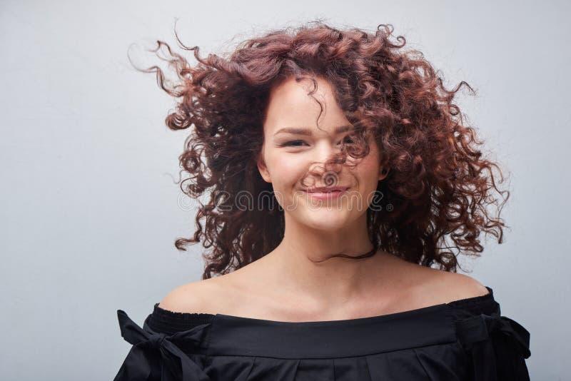 Portret młoda kobieta z trendu kędzierzawym włosy obrazy royalty free