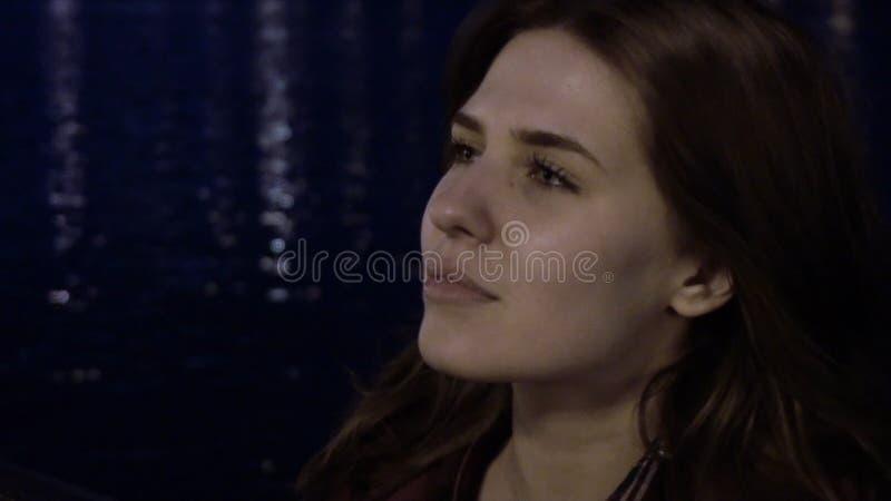 Portret młoda kobieta z włosy w wiatrze podczas gdy nocy zwolnione tempo Wiatr w dziewczynach włosianych w wieczór obraz royalty free