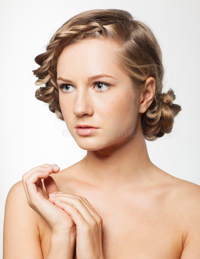 Portret młoda kobieta z warkocza uczesaniem zdjęcie royalty free