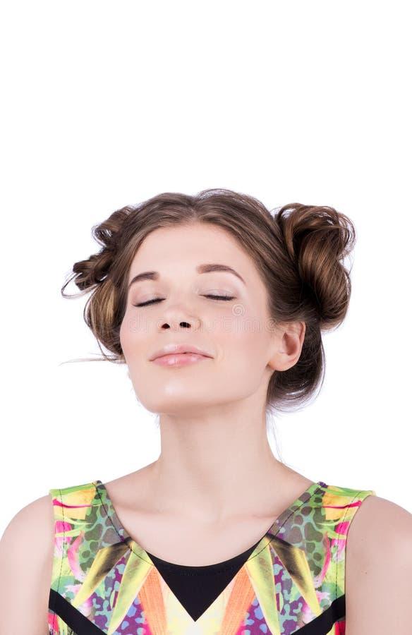 Portret młoda kobieta z zamknięty oczu cieszyć się Delikatny nagi makeup, fryzura zdjęcia royalty free