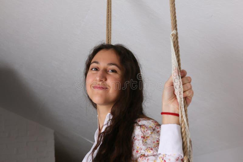 Portret młoda Latynoska kobieta w koszula nocnej na huśtawce zdjęcie royalty free